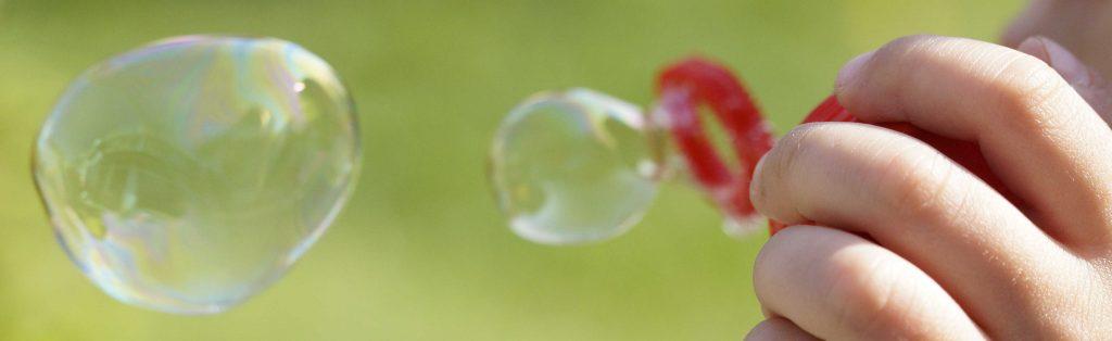 enfant souflant des bulles de savon