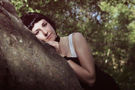femme qui se repose sur un tronc