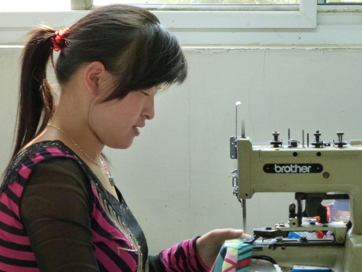 femmes-qui-coud-dans-un-atelier-en-chine_1