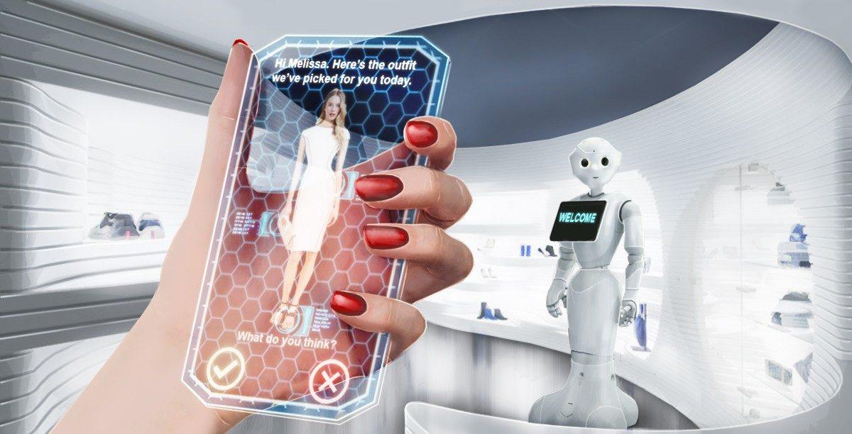 une femme tient un téléphone portable transparent