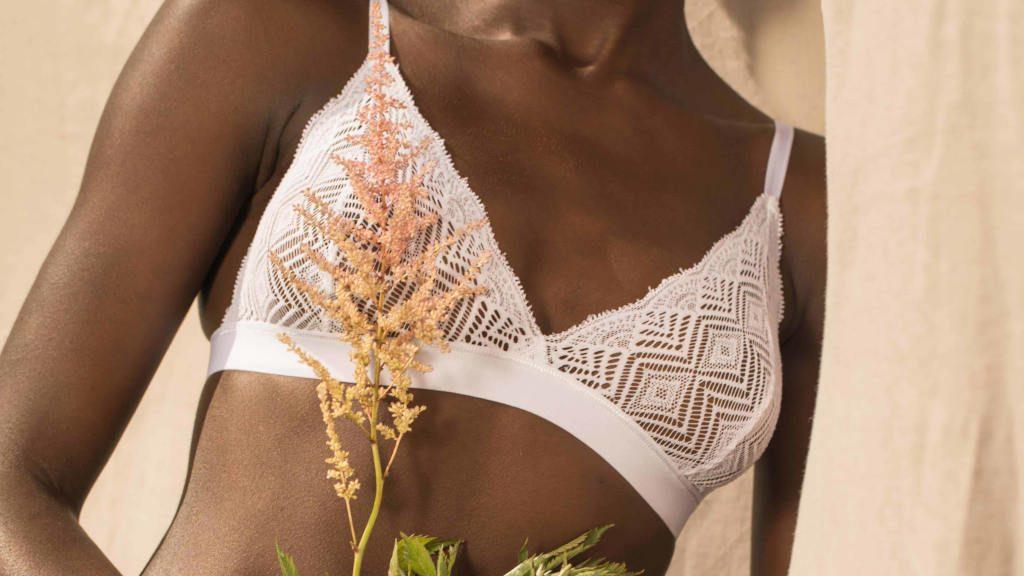 5. OLLY soutien gorge Dawa blanc en dentelle recyclée porte par Oceane ©MaevaDelacroix featured