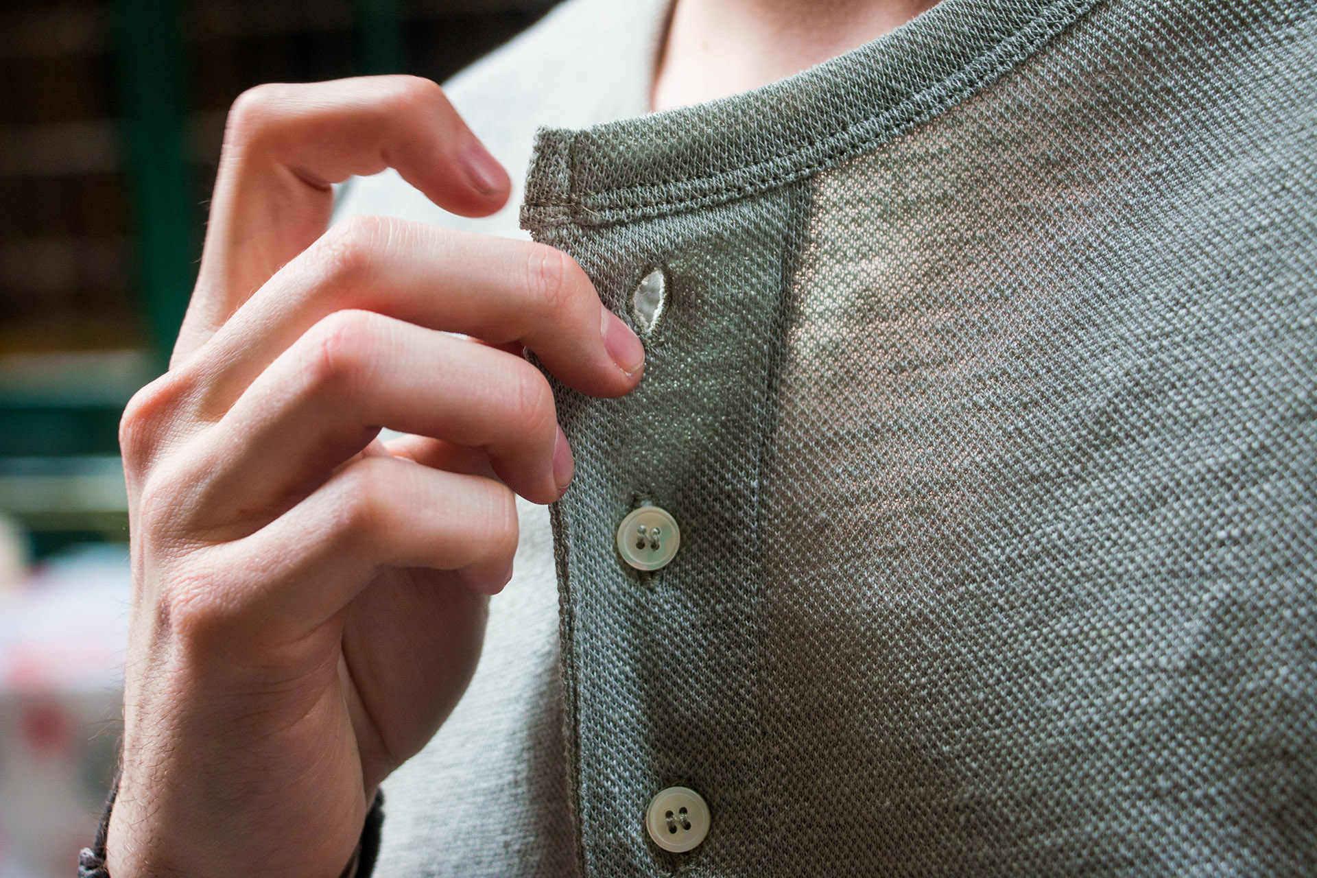 Notre Polo Zorrie en 100% lin, compostable car il n'a aucune fibre artificiel incorporé.