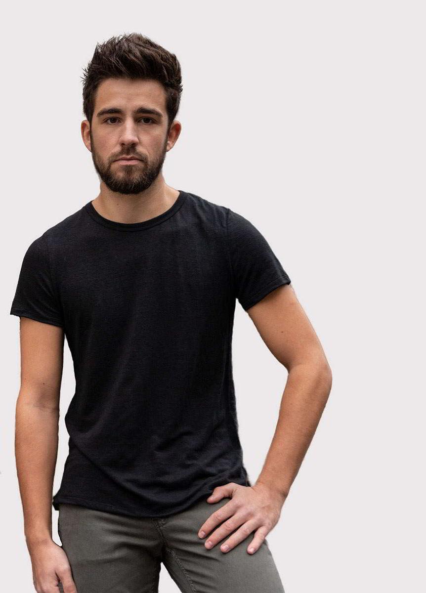 Pantalon made in France en lyocell et coton recycle en coloris kaki et t-shirt made in France en coloris noir