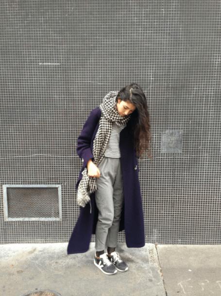 Un exemple de look quotidien de Carline : dominant de gris, noir et blanc, long pardessus et pantalon carotte.