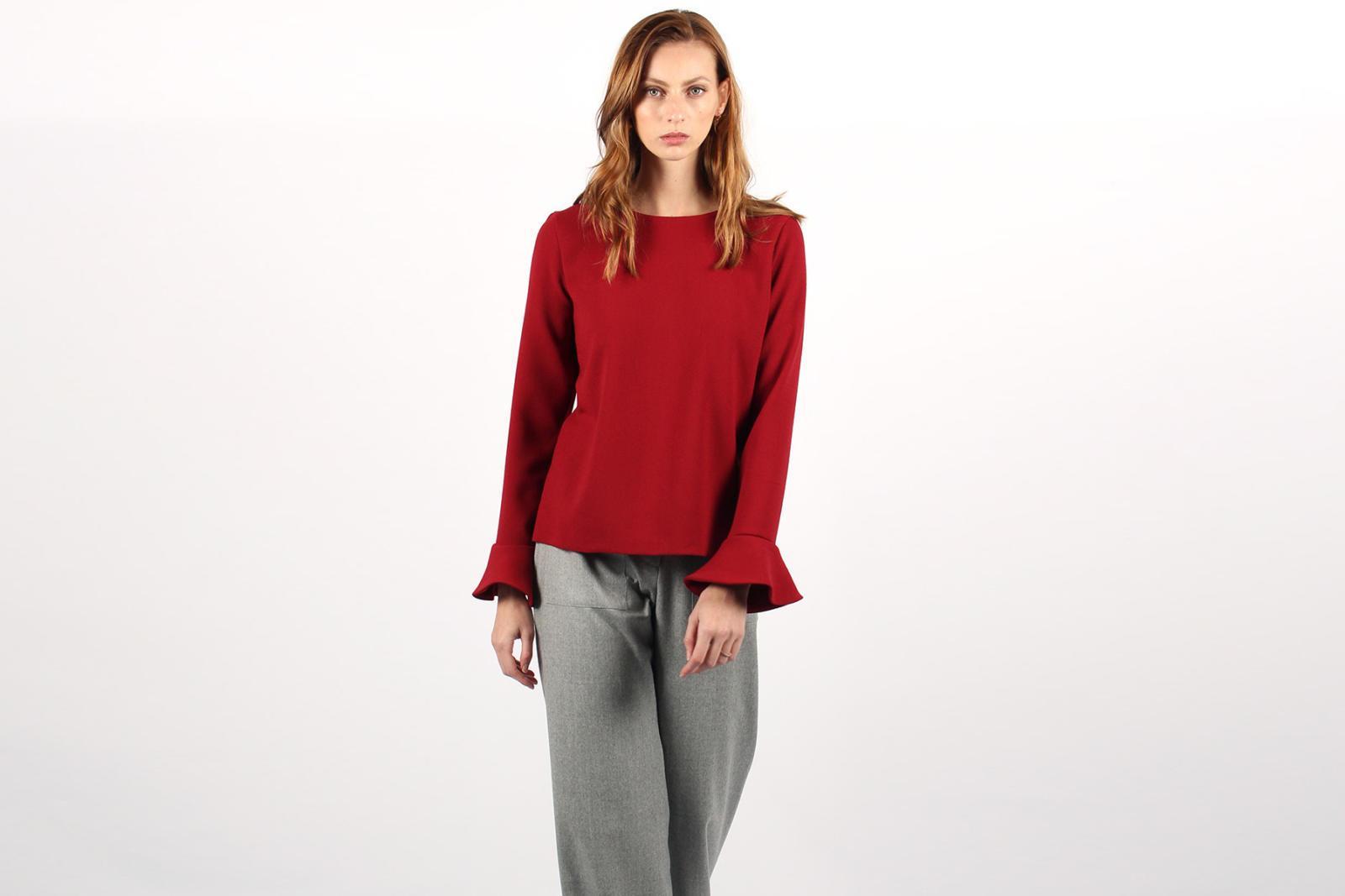 ATODE — Top en crêpe de laine rouge avec manches à volants porté avec un pantalon large taille haute en laine flanelle grise Laura