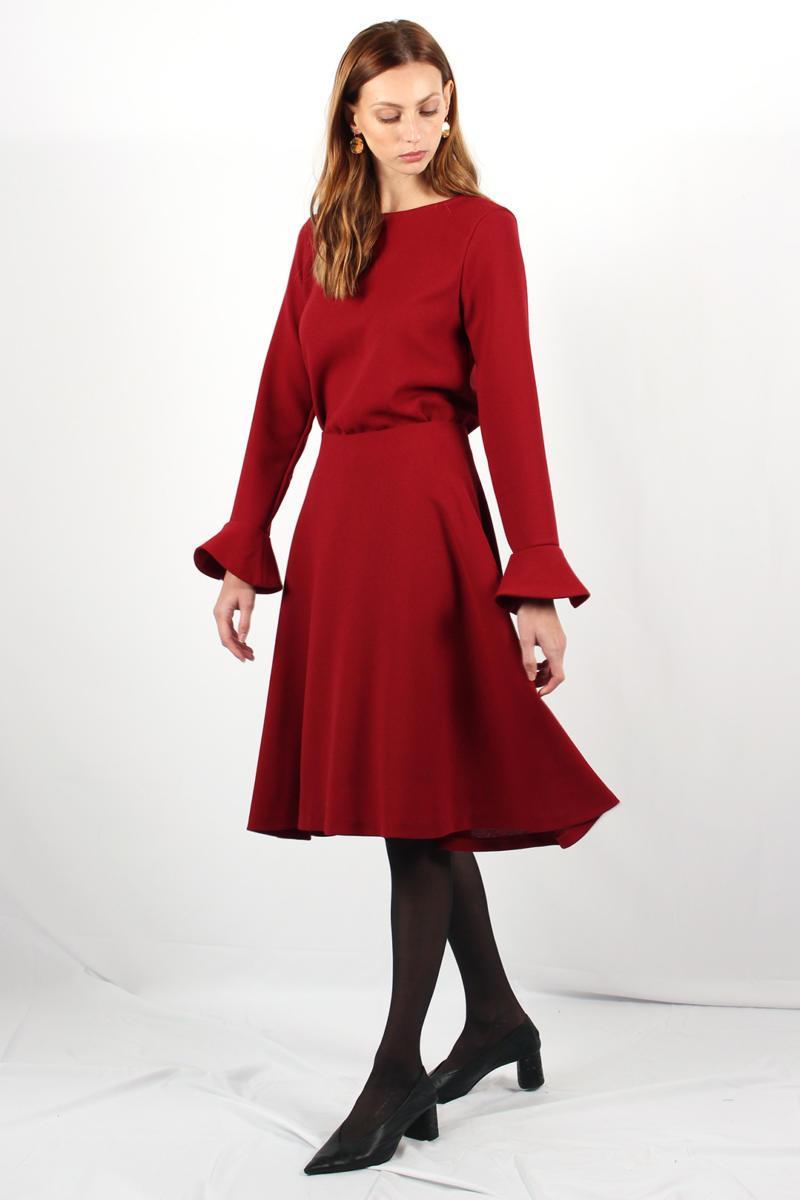 ATODE — Top en crêpe de laine rouge avec manches volants Emmanuelle porté avec la jupe Camille en crêpe de laine rouge