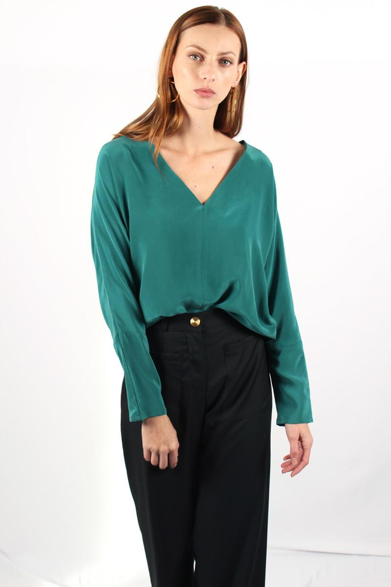ATODE — Top kimono en soie lavée verte Edith porté avec le pantalon large taille haute en laine froide Laura