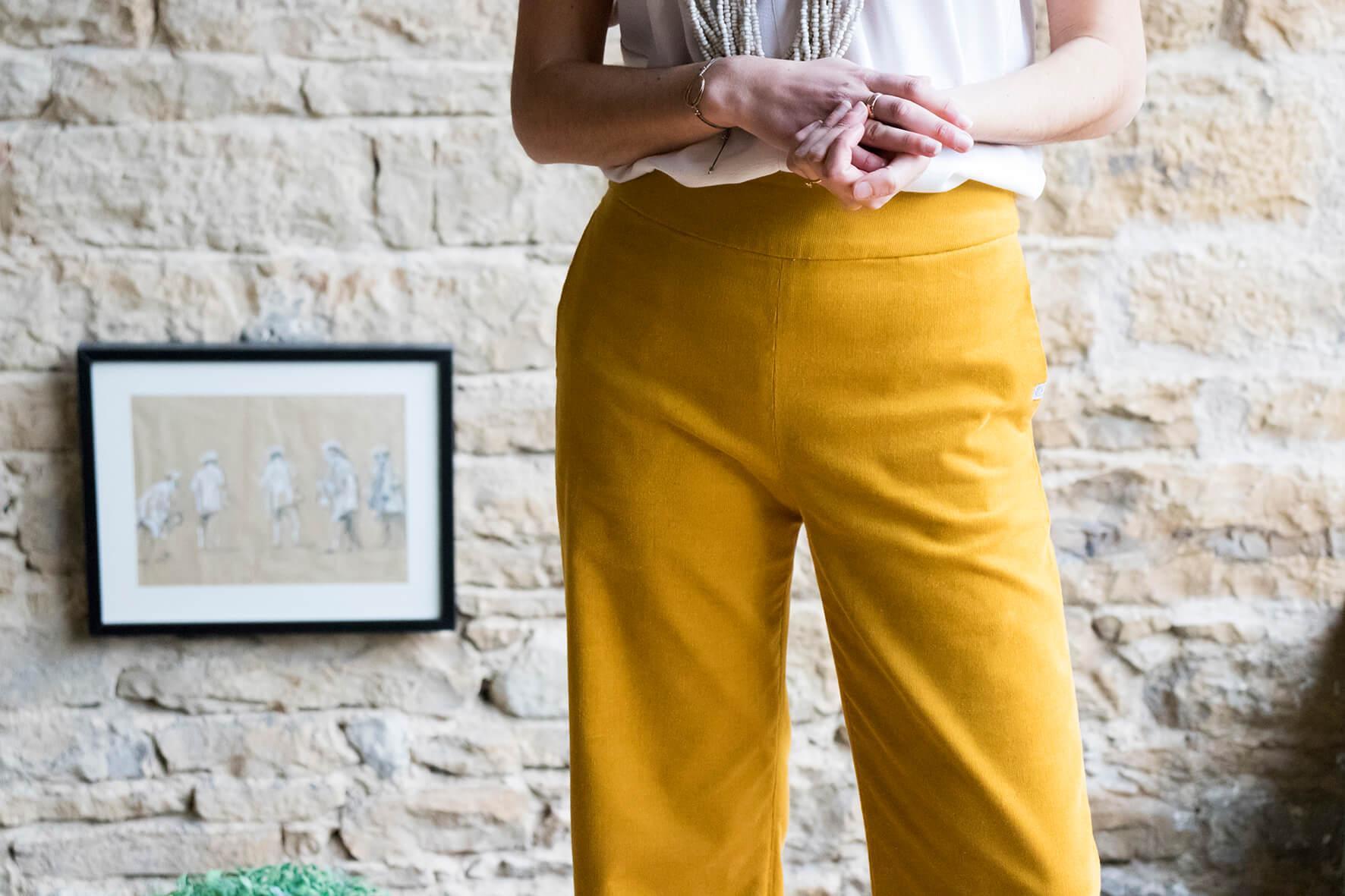 C.Bergamia - Pantalon large taille haute en velours de coton bio jaune - Vue de face- Copyright Colette Coutris