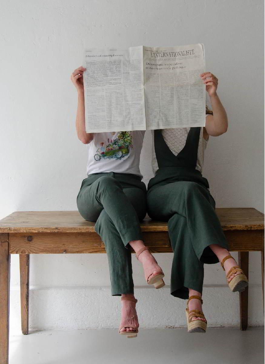 Duo de femmes en pantalons en lin jade C.Bergamia - Derrière le journal - Copyright Colette Coutris Chouaib Arif