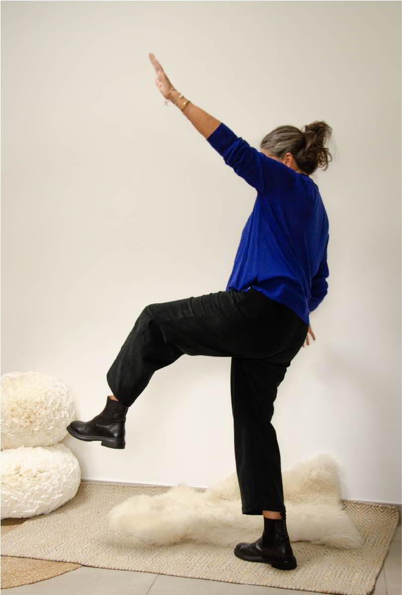Pantalon en velours de coton bio noir - Elle fait une pirouette - Copyright Colette Coutris Chouaib Arif