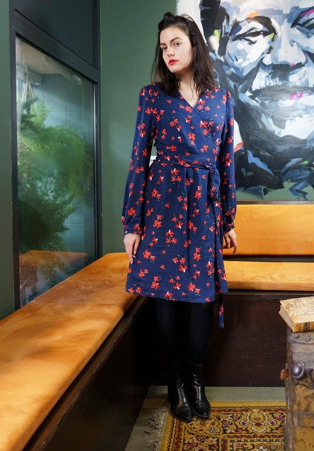 Aatise - Robe portefeuille bleue et rouge viscose fleurs impression Oeko tex - modèle Louise - copryright Milena Delorme