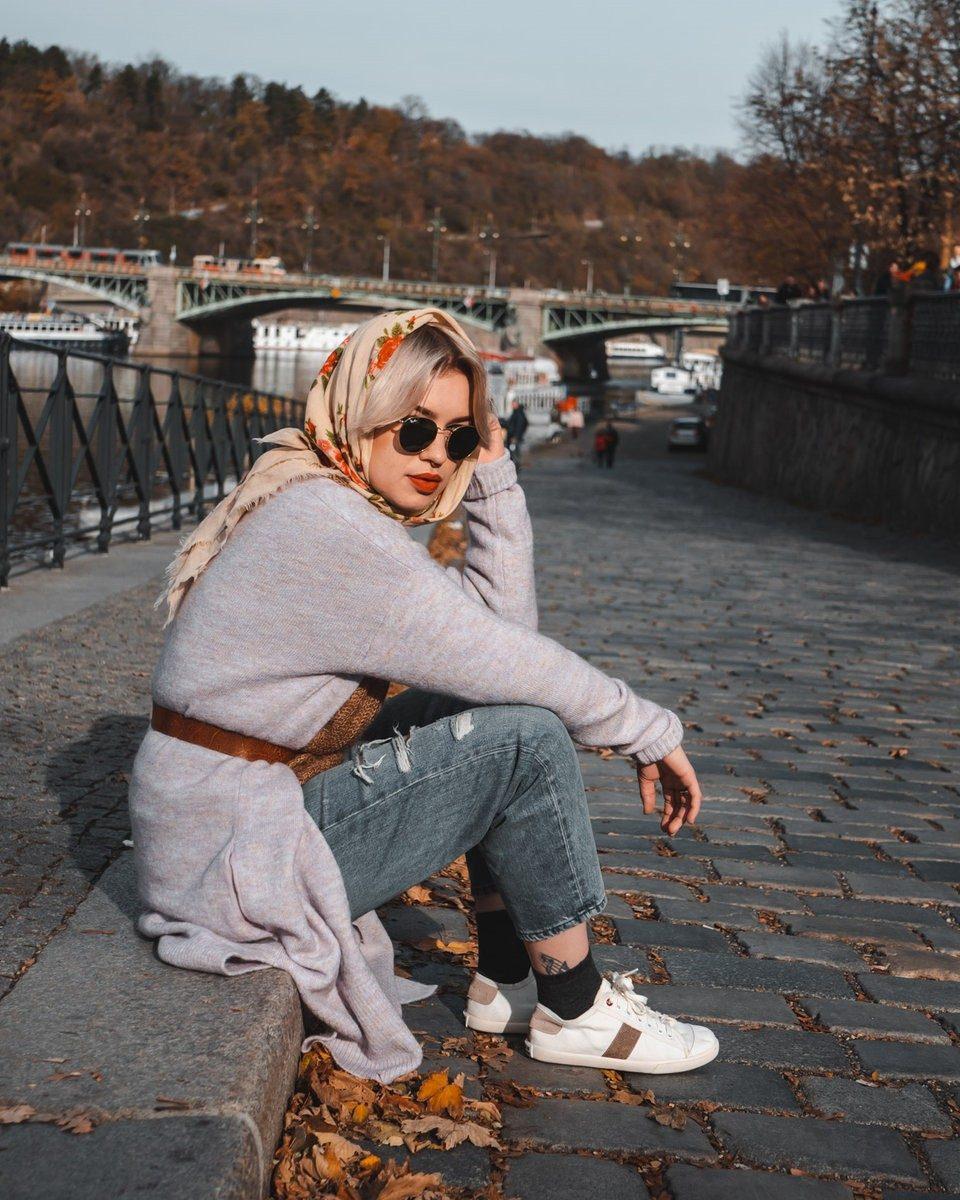 WiWi Shoes - Sneakers en coton biologique certifié GOTS et semelle en pneu recyclé - Modèle Loewy Femme - Prague - vue full avec modèle droite au bord de l_eau et pont - portées