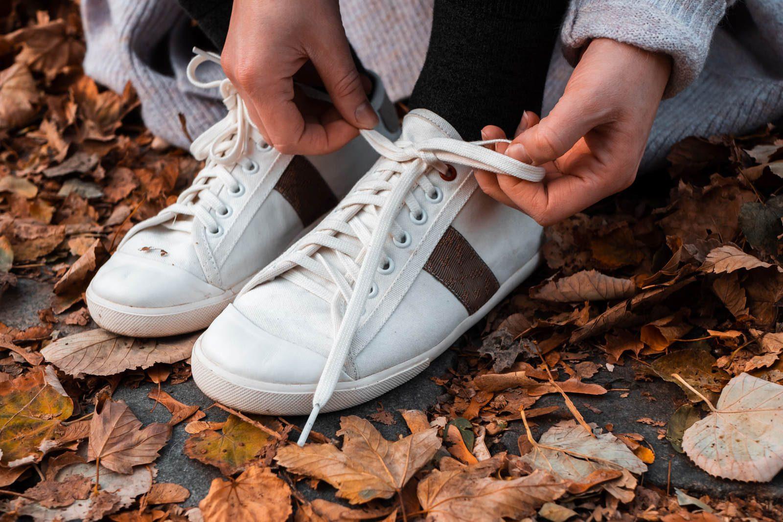WiWi Shoes - Sneakers en coton biologique certifié GOTS et semelle en pneu recyclé - Modèle Loewy Femme - Prague - vue lacets 3_4 avant droite - portées