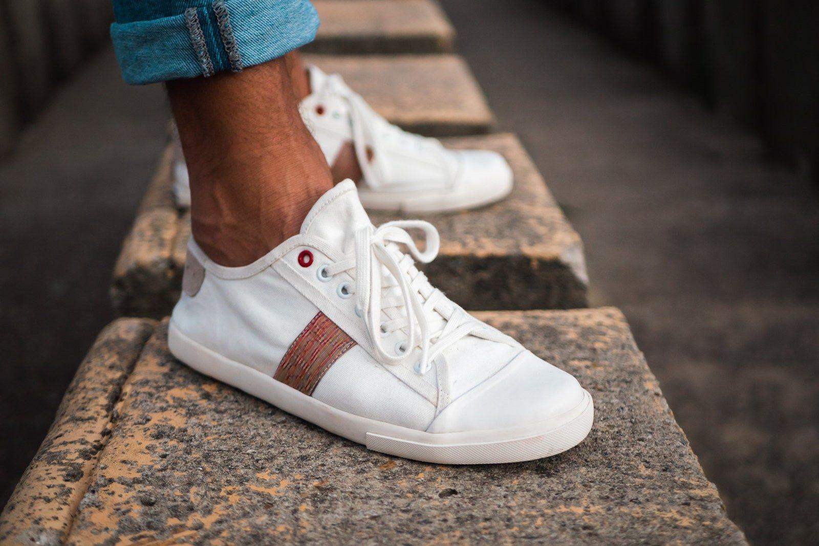 WiWi Shoes - Sneakers en coton biologique certifié GOTS et semelle en pneu recyclé - Modèle Loewy homme - Buenos Aires - droite - portées