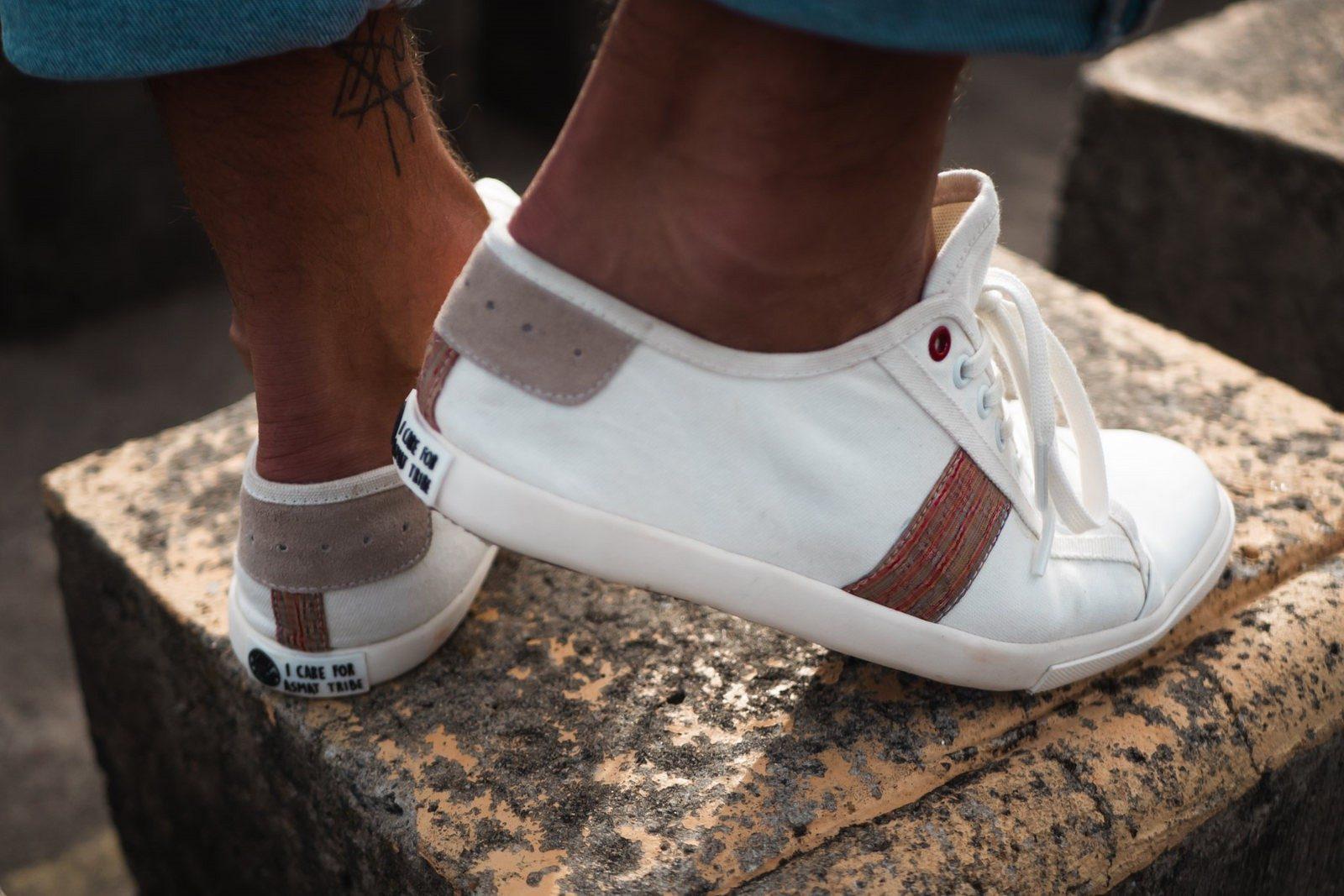 WiWi Shoes - Sneakers en coton biologique certifié GOTS et semelle en pneu recyclé - Modèle Loewy homme - Buenos Aires - vue 3_4 arrière droit mouvement - portées