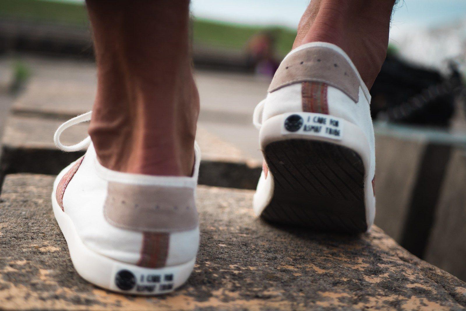 WiWi Shoes - Sneakers en coton biologique certifié GOTS et semelle en pneu recyclé - Modèle Loewy homme - Buenos Aires - vue arrière léger droite mouvement - portées