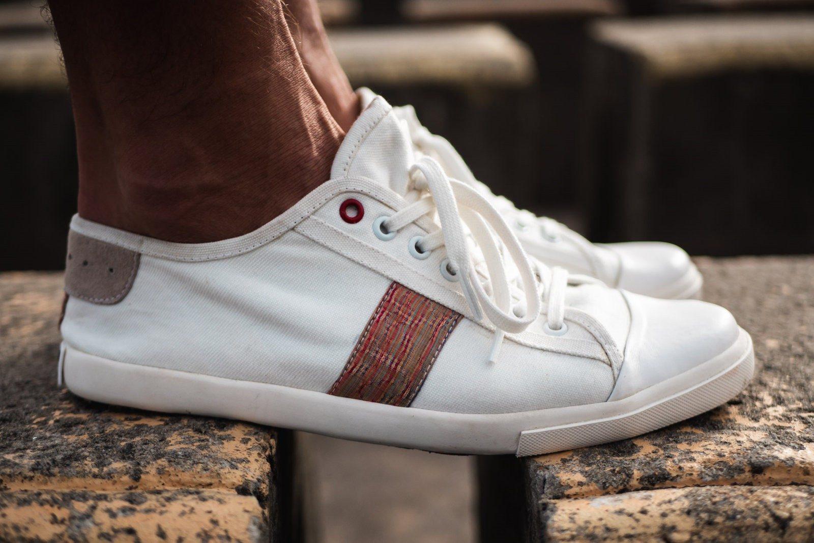WiWi Shoes - Sneakers en coton biologique certifié GOTS et semelle en pneu recyclé - Modèle Loewy homme - Buenos Aires - vue droite suspension pavés - portées