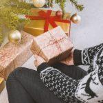 Idées de cadeaux slow fashion et déco à prix doux pour Noël - Cadeau emballé sous le sapin