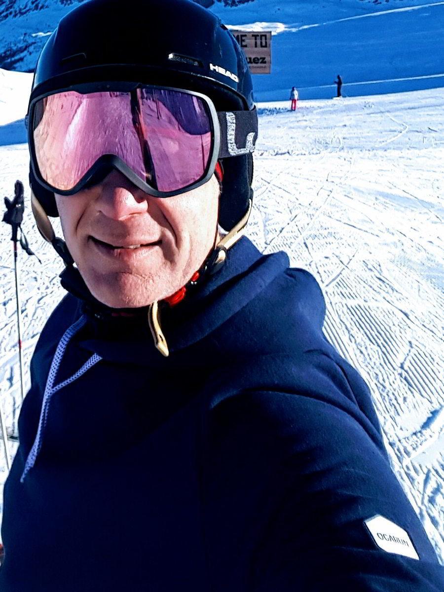 OGARUN - hoodie bleu marine 98% coton et polyester recyclés - porté par JC - au ski - copyright JC GIORGI