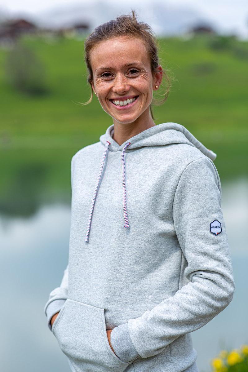 OGARUN - hoodie gris chiné 98% coton et polyester recyclés - porté par Lucie copyright Ogarun