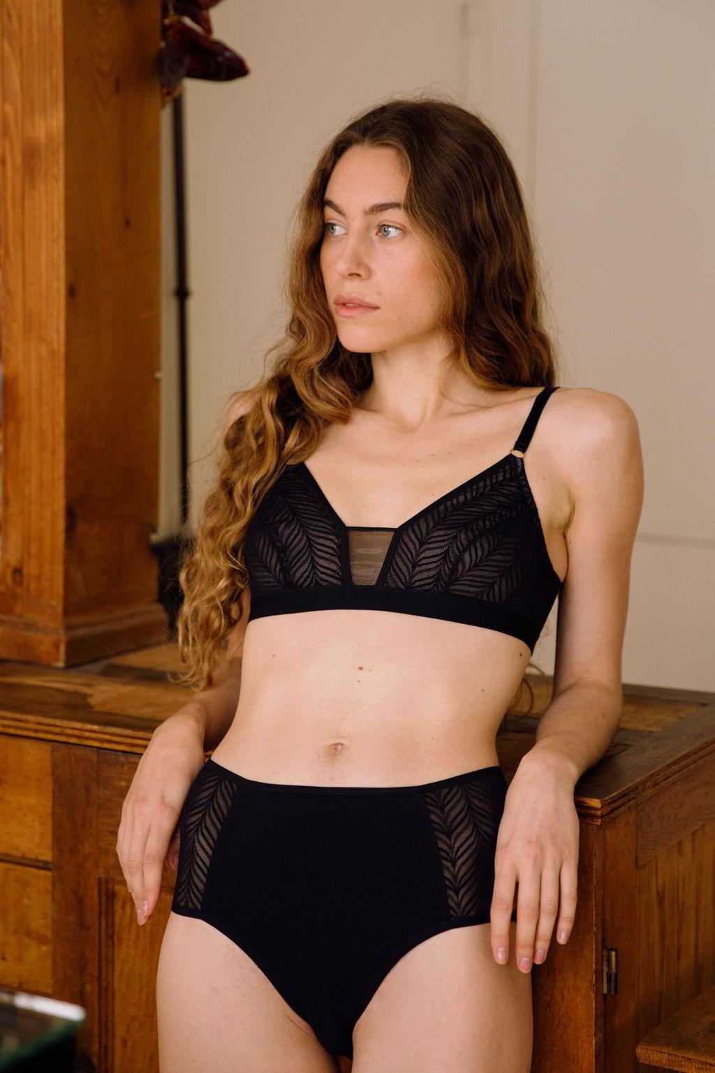 LOLO Paris - soutien-gorge sans armatures culotte taille haute dentelle recyclée porté par Elvira de face contre meuble pensive