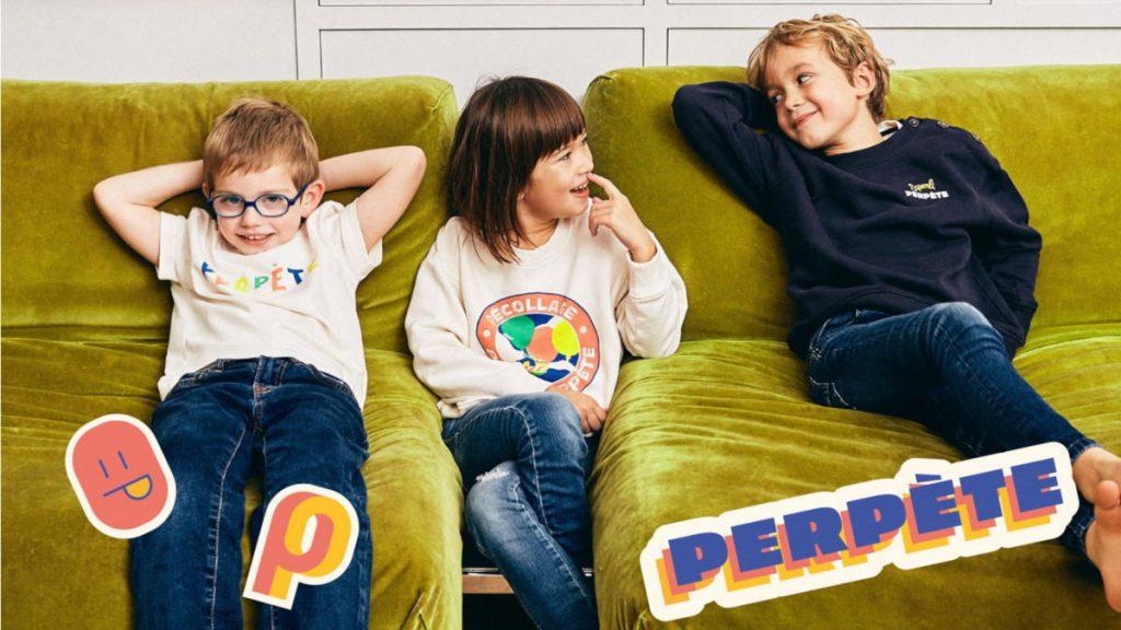 perpete_vetements_pour_enfants_en_coton_biologique_certifie_gots_portes_par_des_enfants_discutant_assis_dans_un_canape_julie_perrot_featured