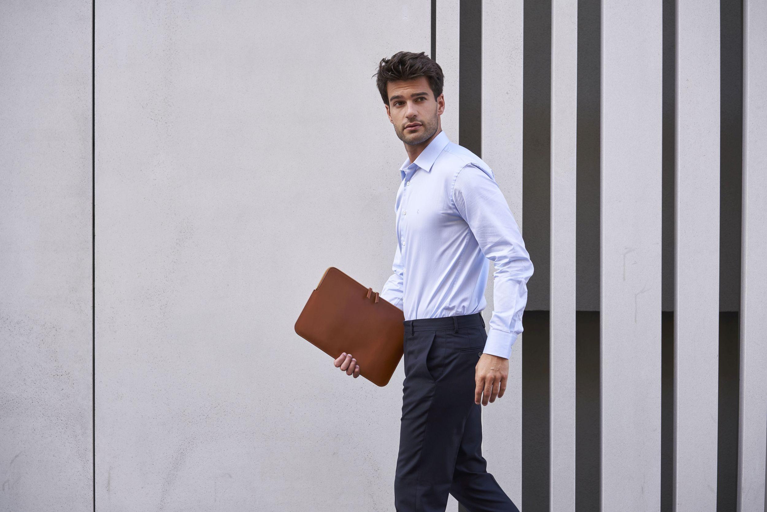 Lautrec_chemise formelle tissu italien Albini coton bio GOTS bleu ciel_pantalon de ville laine éthique confection Portugal_Porté par Manu Noraced avec une pochette en extérieur devant un bâtiment design
