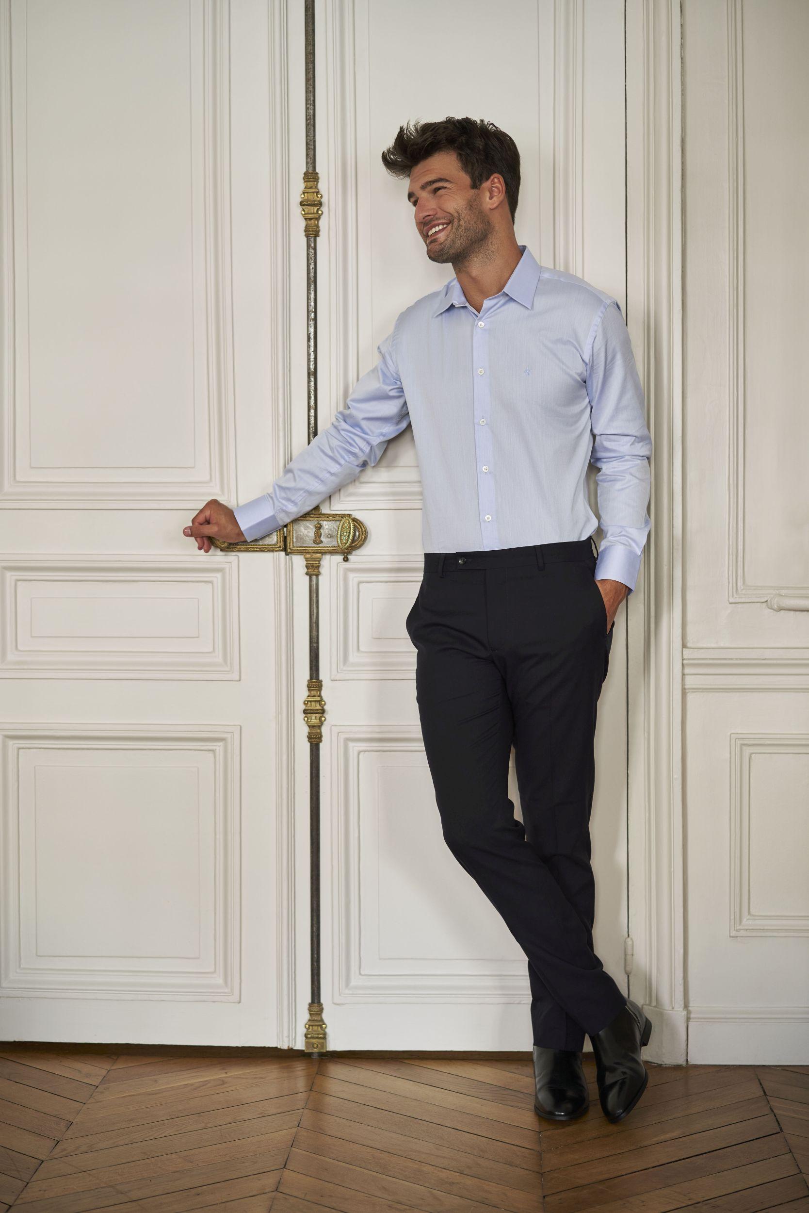 Lautrec_chemise formelle tissu italien Albini coton bio GOTS bleu ciel_pantalon de ville laine éthique confection Portugal_Porté par Manu Noraced dans un intérieur haussmanien