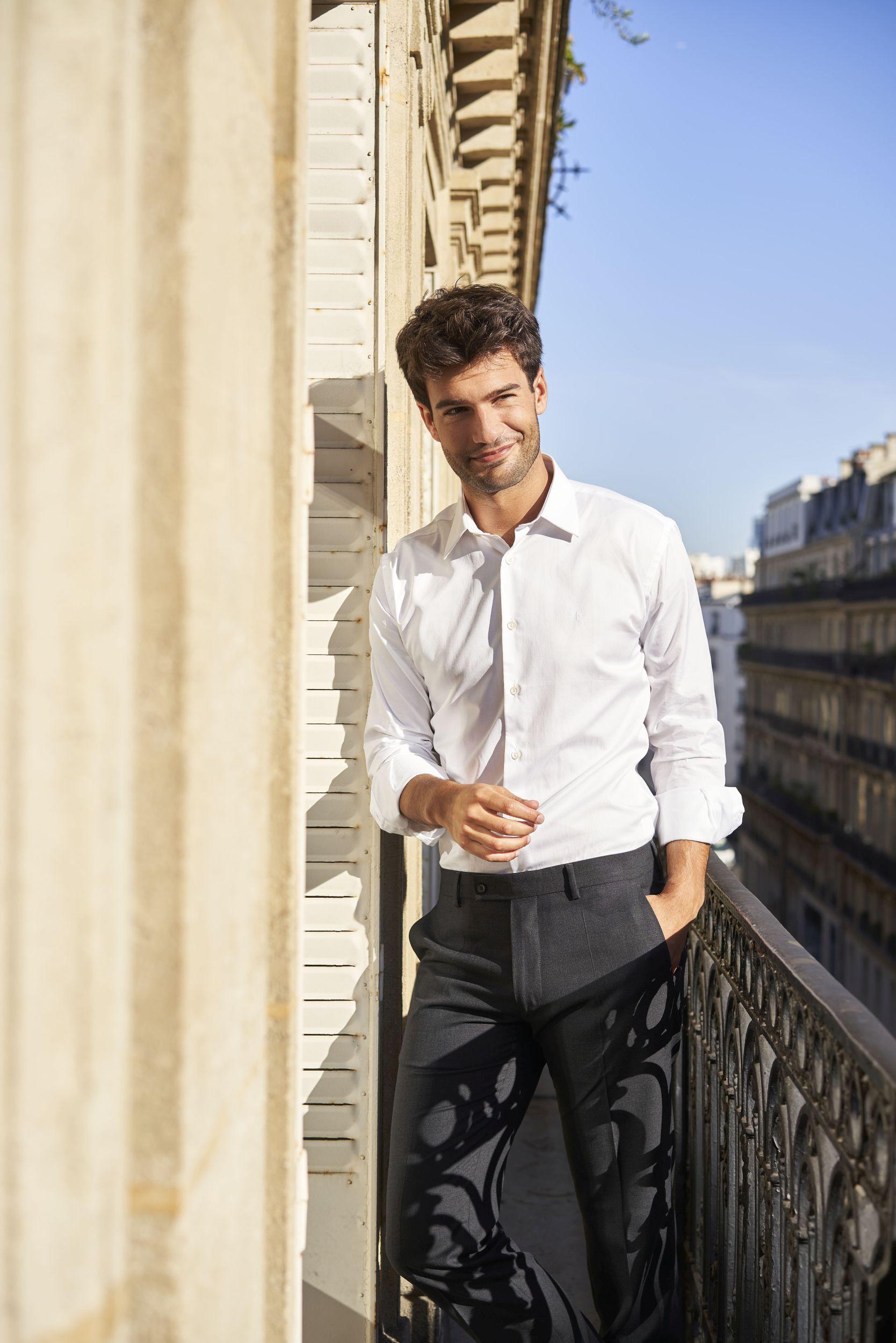 Lautrec_Look formel_Chemise blanche coton bio GOTS Albini confectionnée au Portugal et Pantalon Ville laine éthique Gris Anthracite_Porté par Manu Noraced sur un balcon parisien au soleil du matin