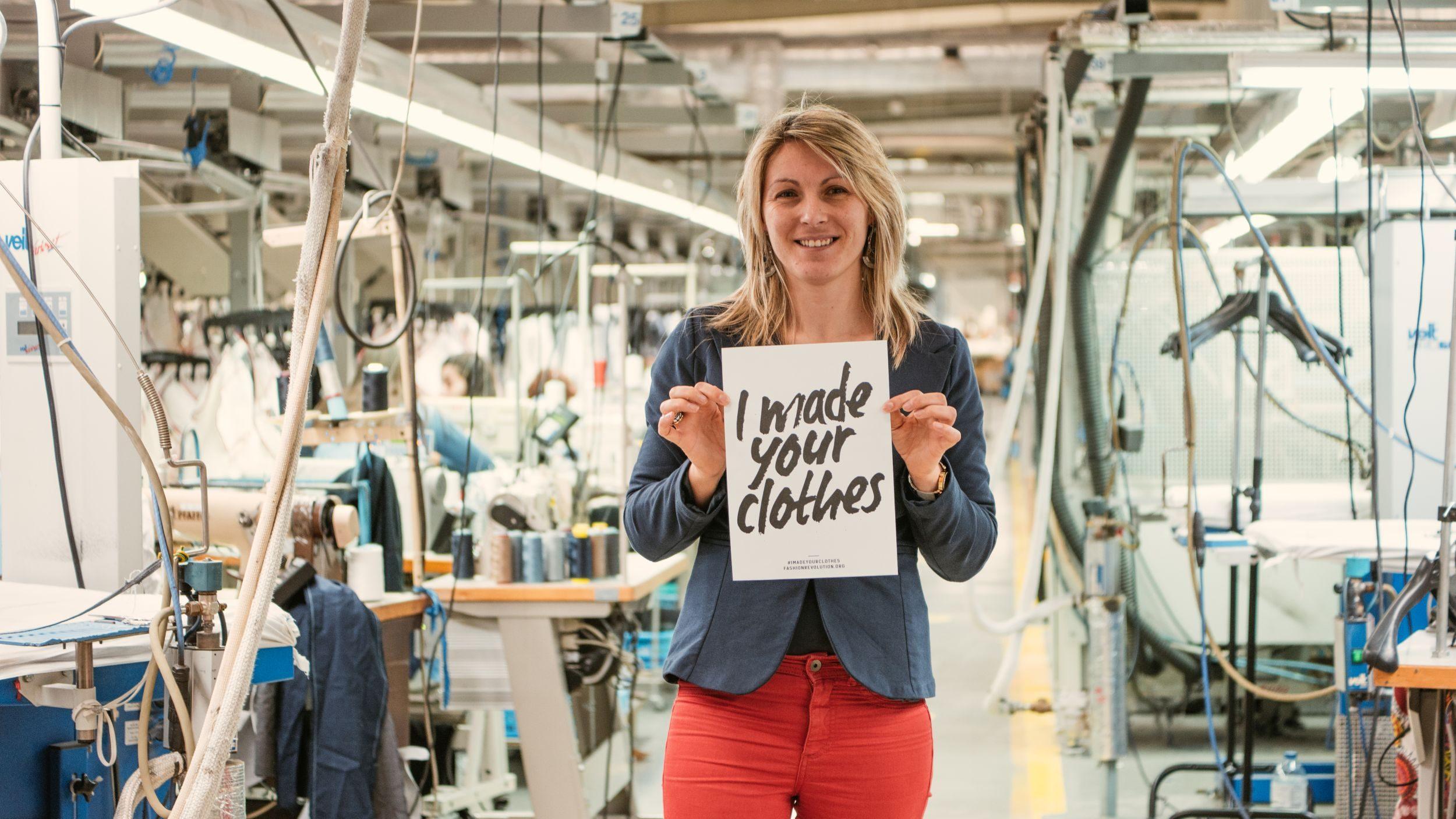 Lautrec_Notre coordinatrice chez Euroralex usine chaîne et trame au Portugal pose avec la pancarte I Made your clothes au milieu de l'atelier