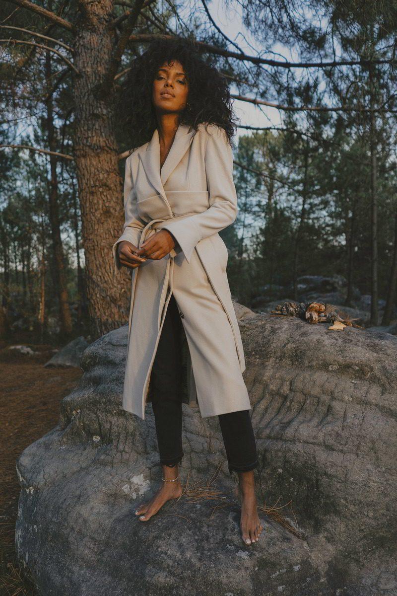 Maison People - marque éco-responsable - manteau d hiver long classe beige ceinture a la taille poches sur les cotes - tissu laine upcycling marque haute gamme porte par Juliana (1)