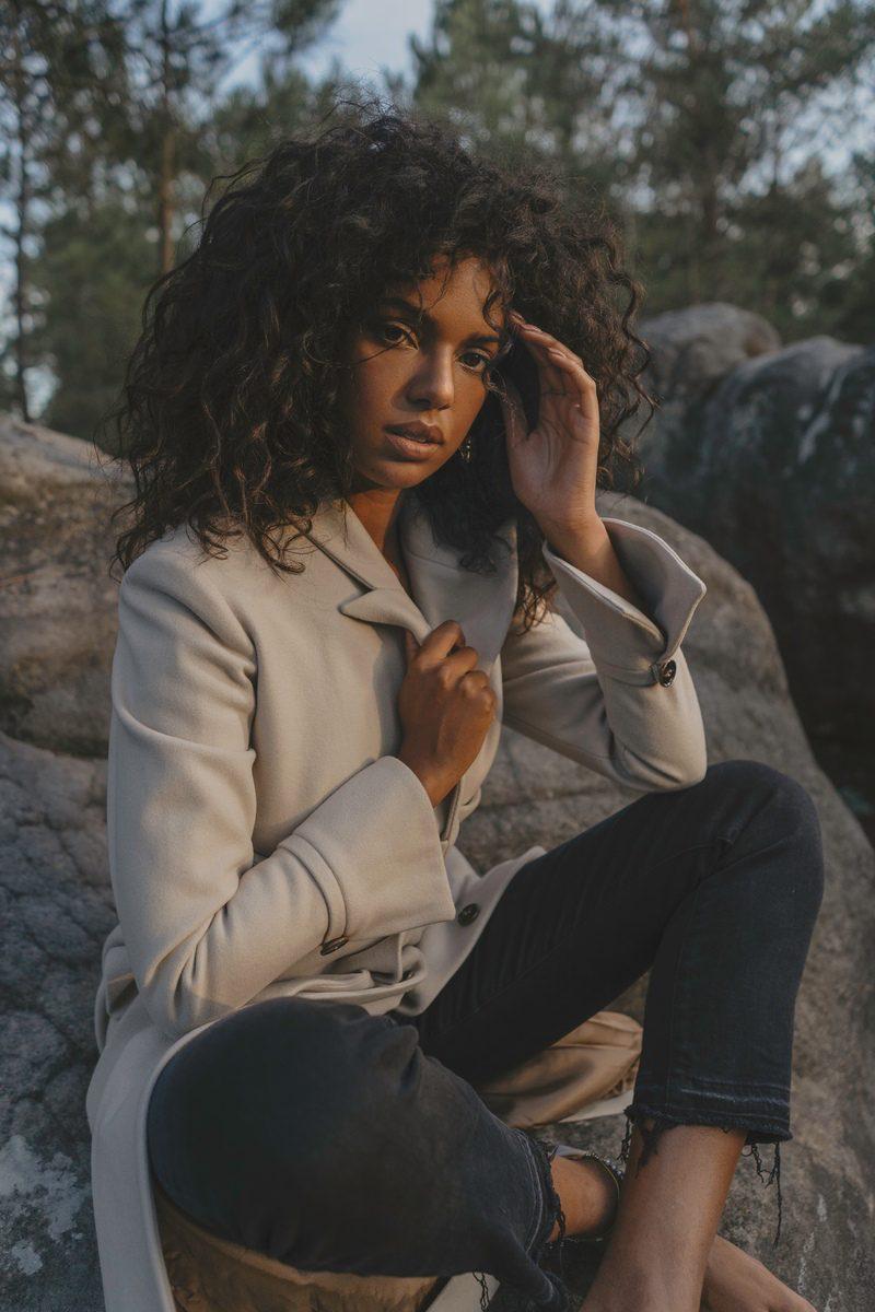 Maison People - marque éco-responsable - manteau d hiver long classe beige ceinture a la taille poches sur les cotes - tissu laine upcycling marque haute gamme porte par Juliana