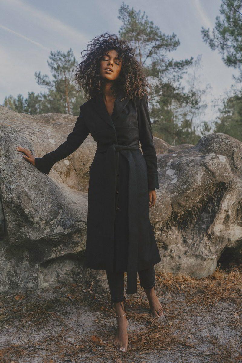 Maison People - marque éco-responsable - manteau d hiver long classe noir ceinture a la taille poches sur les cotes - tissu laine upcycling marque haute gamme porte par Juliana (1)