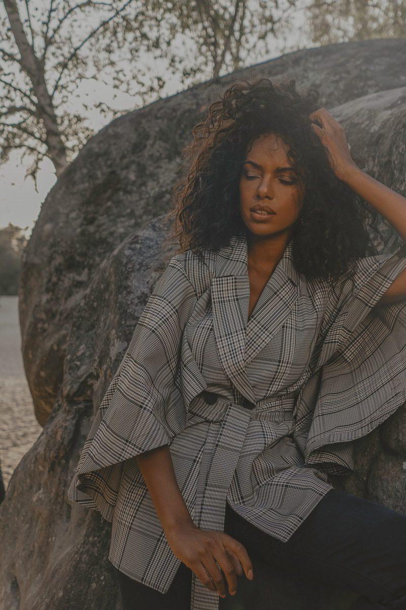 Maison People - marque éco-responsable - veste a carreaux croisee - tissu gabardine coton upcycling marque haute gamme porte par Juliana mannequin bresilienne vue de face_12