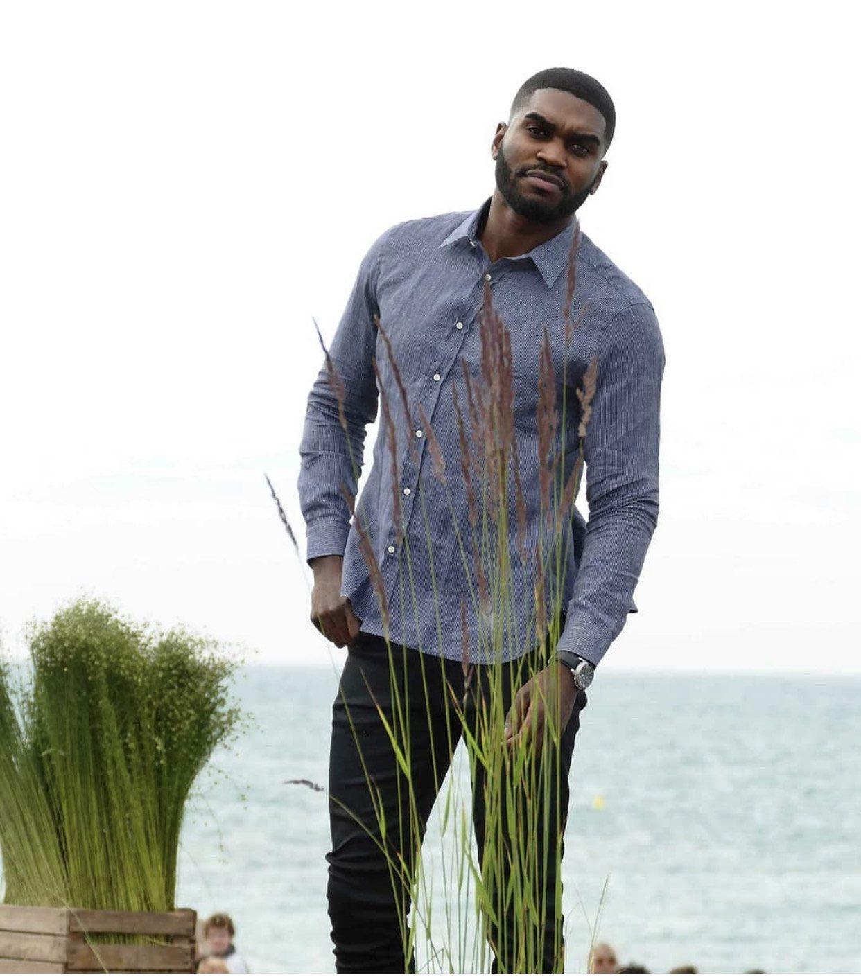 Histon project chemise en lin porte sur mannequin homme face a la mer
