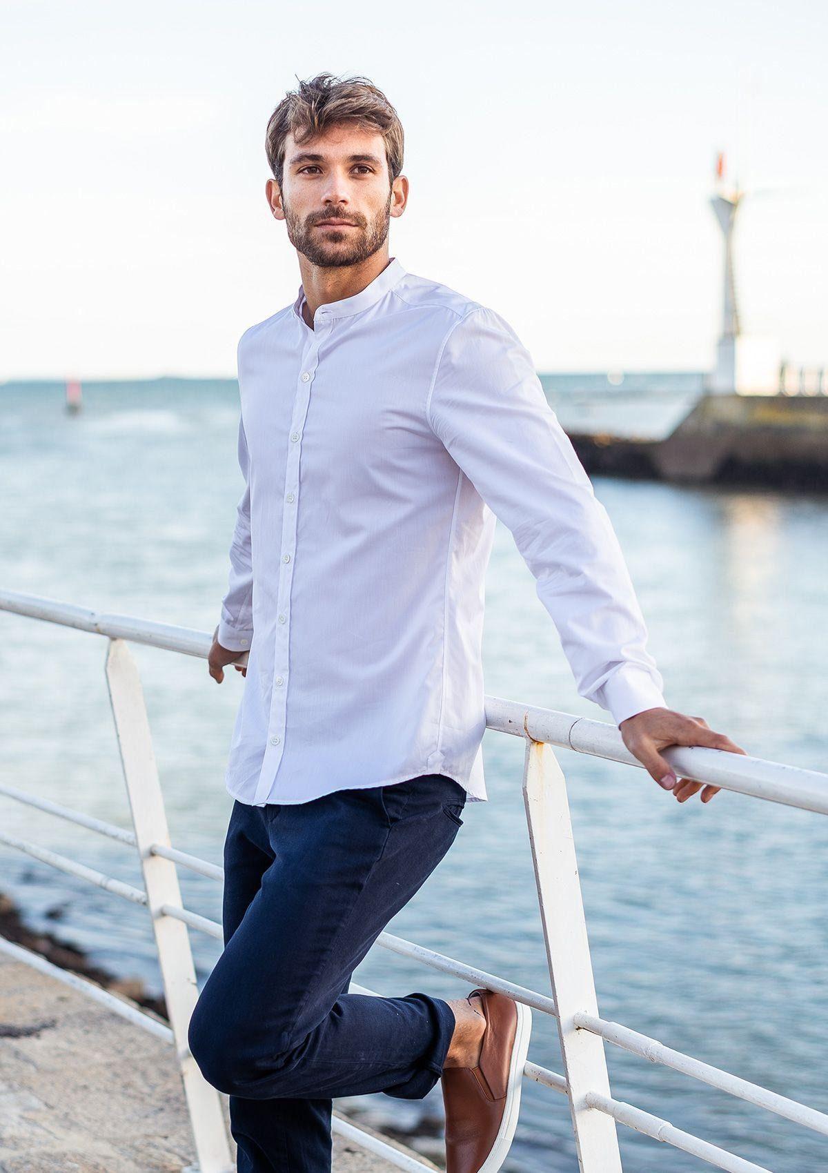 Montlimart chemise blanche homme col mao made in france porté sur mannequin homme dos à la mer
