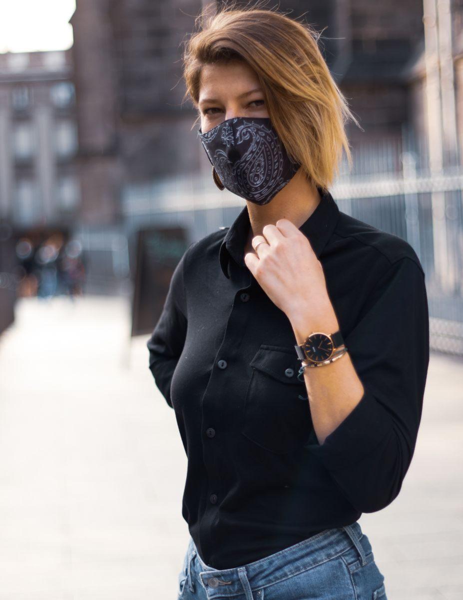 Palasaña- chemise noire unie coton pima bio GOTS manche longue unie unisexe (vue de face femme avec masque)