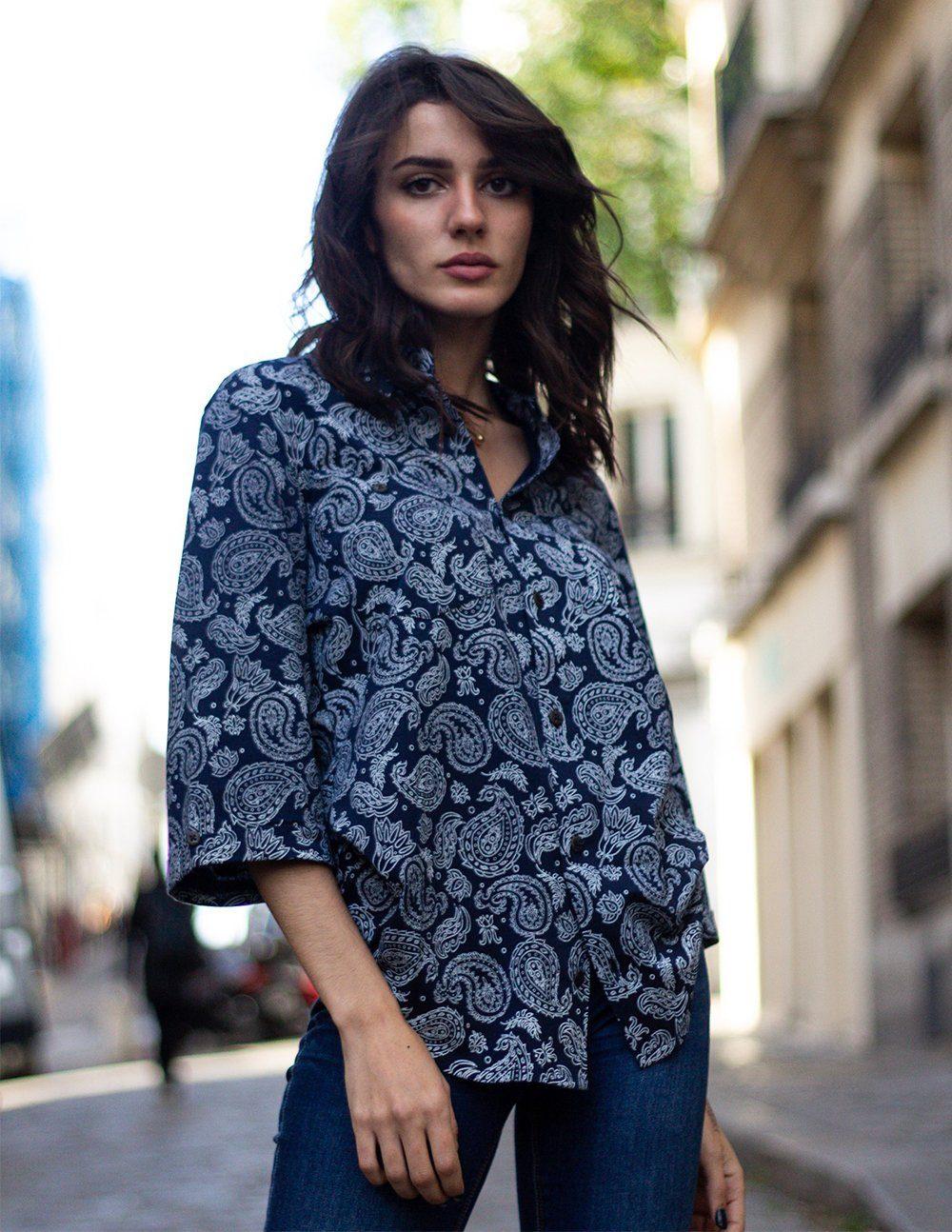 Palasaña-Khuna 3_4 bleu(chemise à manche trois quart)(coton de pima biologique certifié GOTS)femme vue de face dans paris
