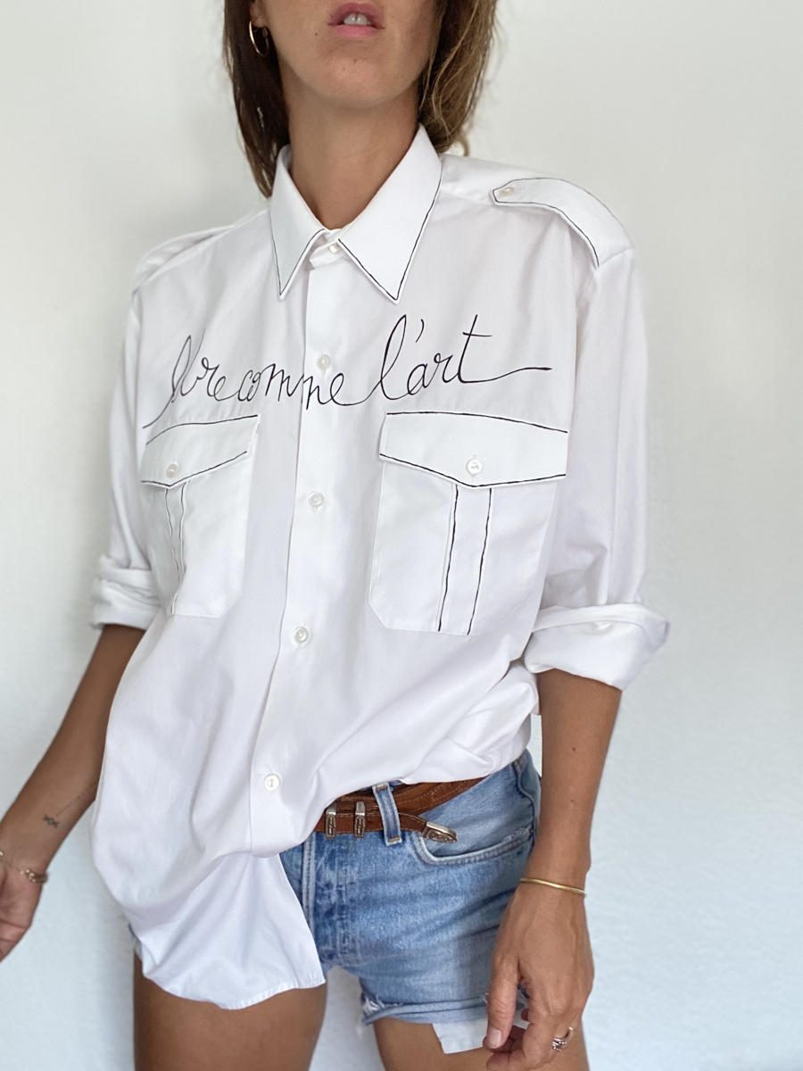 Sweet Little Death chemise blanche upcyclée personnalisée poésie portée sur mannequin femme