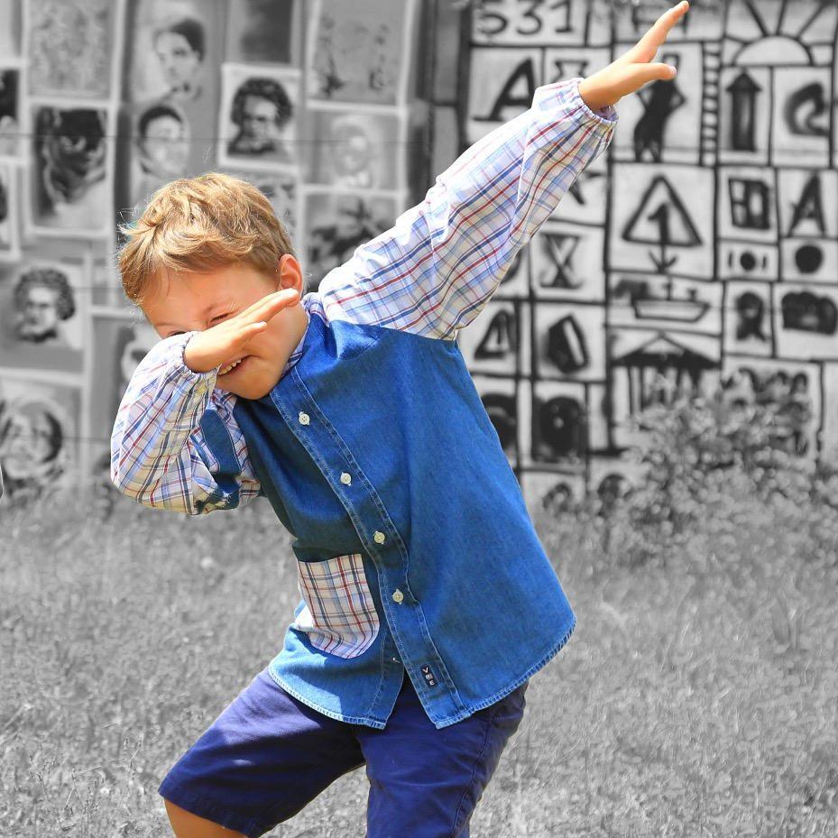 Trop Trop Bien tablier enfant upcyclé à partir de chemise porté sur enfant copyright L.Dardenne