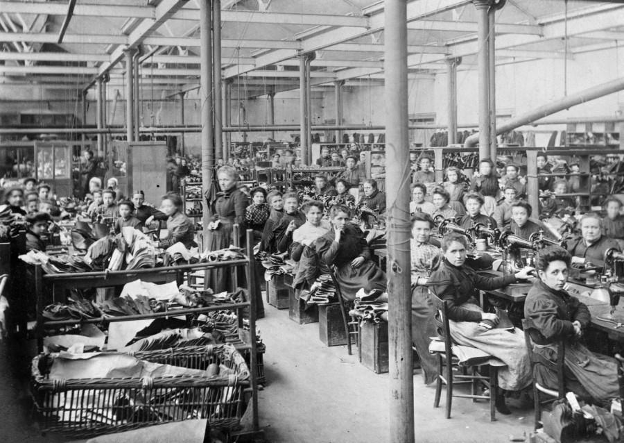 Atelier de piqûre des chaussures de femmes et de fillettes (usine Rousset fin du XIXe siècle) - Archives départementales de Loir-et-Cher