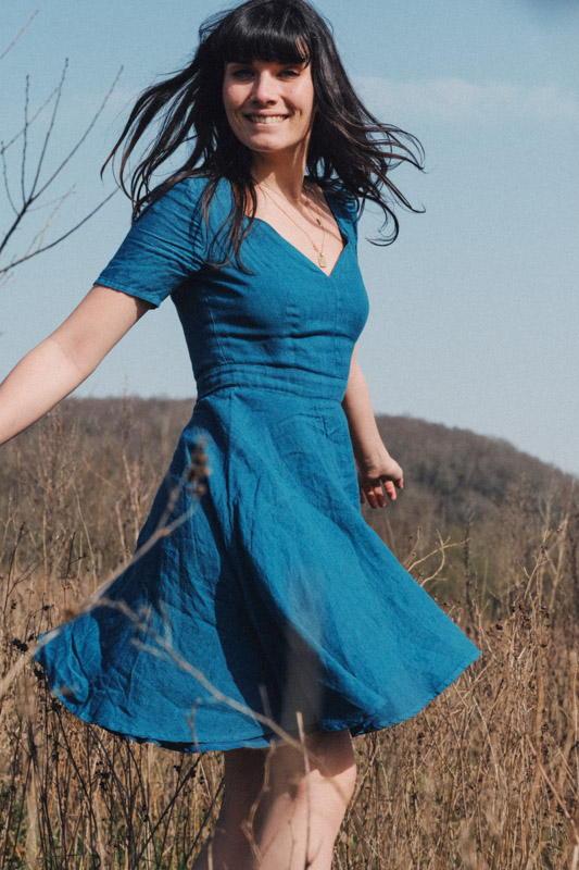 Atelier Unes - La Robe Pia Bleue- Lin - Master of Linen - Lin - mode éthique - responsable - fille qui danse -