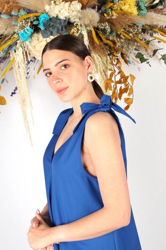 Atode - robe mi longue bleu roi - noeuds Femme - made in France - Fabriqué à Marseille - Laine froide - mode éthique -responsable - robe été - portrait