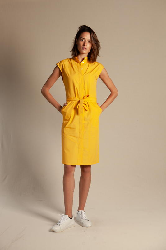 Ecclo - Robe Chemise - Kimono - La Combatante Jaune - Upcycling - mode éthique - responsable - femme bras derrière le dos