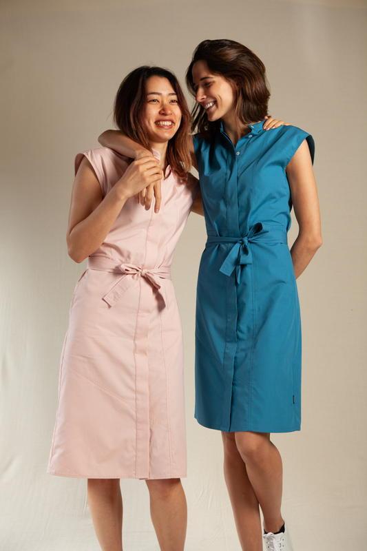 Ecclo - Robe Chemise - Kimono - La Combatante rose pale - bleu- Upcycling - mode éthique - responsable - femmes qui discutent