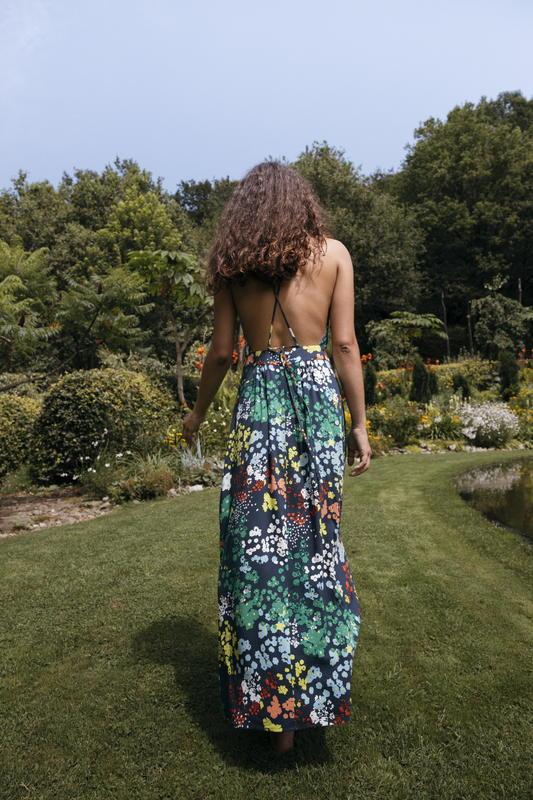 - EMEKI - SKFK - Femme - Eté - Liberty - robe longue - Noelia - mode responsable -éthique - vue de dos - jardin - fête - mariage - commerce équitable - Ecovero