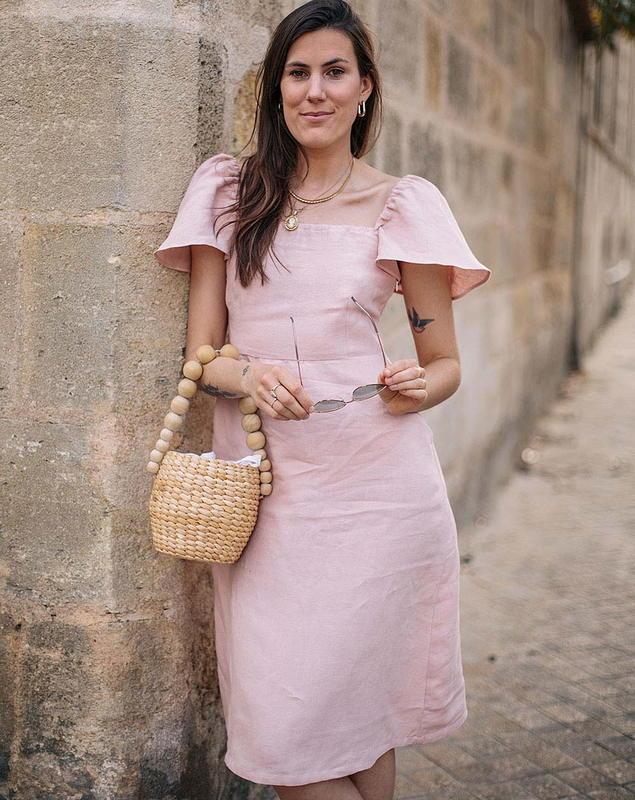 Margot Guilbert - Aatise_robe col carre_linrose - été - made in France - mode responsable - éthique - Bloomers - Femme qui marche dans la rue avec lunettes -