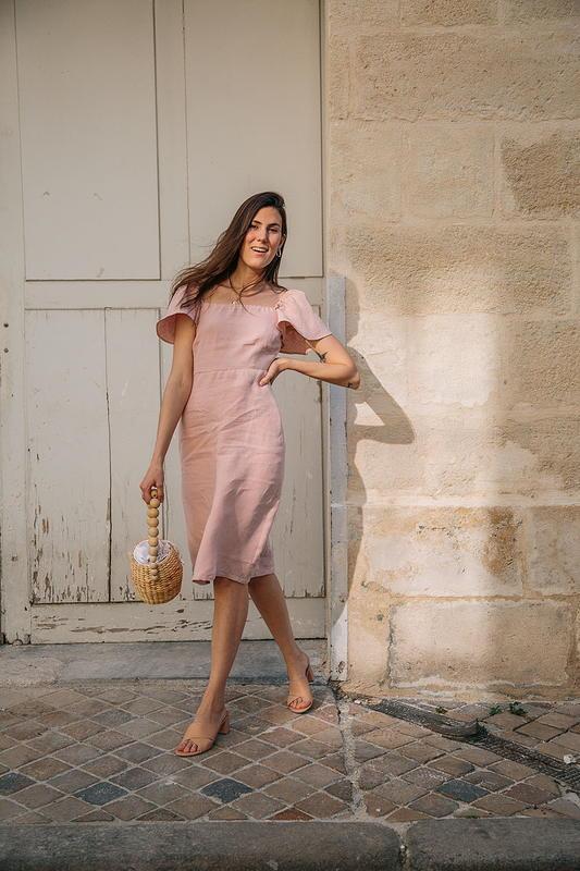Margot Guilbert - Aatise_robe col carre_linrose - été - made in France - mode responsable - éthique - Bloomers - Femme qui marche dans la rue
