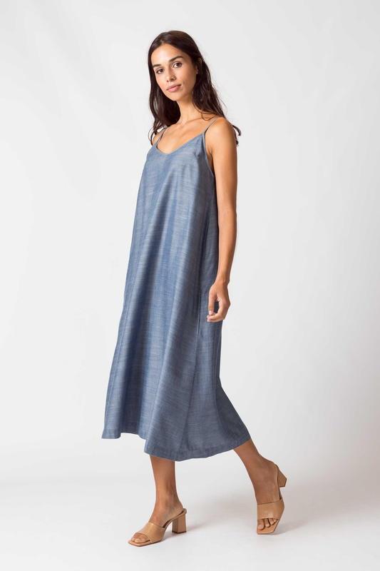 SKFK - Tencel -Robe bleu à bretelles mi-longue avec un col V - mode éthique -responsable - femme qui marche