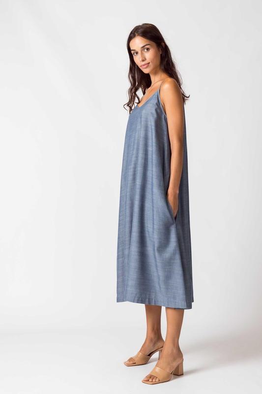 SKFK - Tencel -Robe bleu à bretelles mi-longue avec un col V - mode éthique -responsable - femme